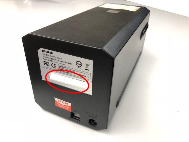 スキャナー本体背面に貼られたラベルは、ハードウェアとしてのS/Nです。