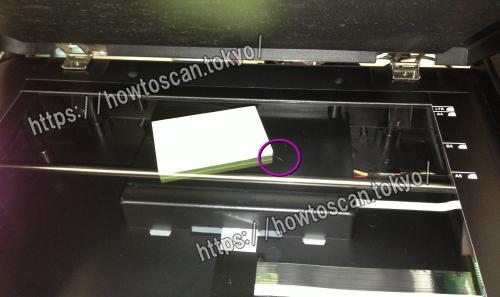 スキャナー OpticBook スキャンガラス面<br>赤丸の所にゴミの付着が見える。